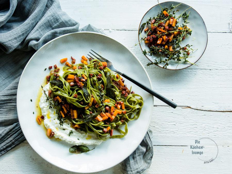 Spinat-Tagliatelle mit Karotten und gebratenem Speck