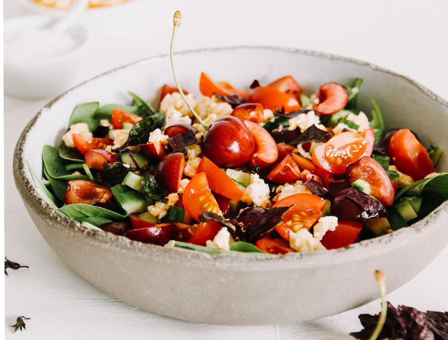 Bunter Sattmacher Salat mit Kirschen, Gurken und Tomaten