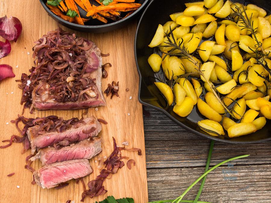 Rostbraten mit Rotwein-Zwiebeln, Röstkartoffeln und Karottensticks