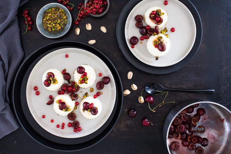 Panna cotta mit karamellisierten Pistazien und Kirschen