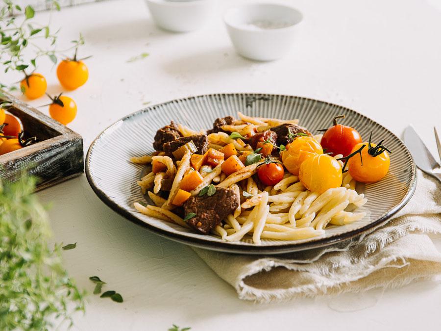 Griechisches Giouvetsi mit Rindfleisch und Nudeln