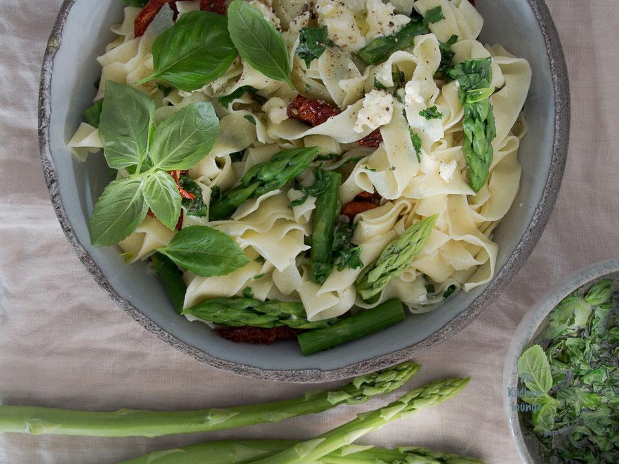 Frische Pasta mit grünem Spargel und getrockneten Tomaten