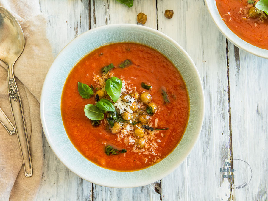 Tomatensuppe mit Apfelsaft, Kichererbsen und Parmesan