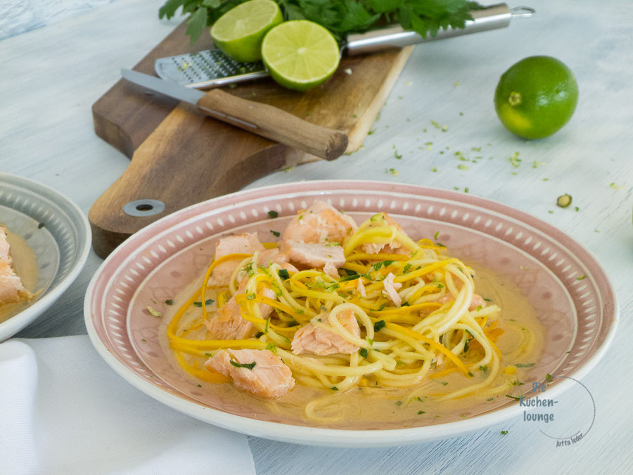 Gemüse-Zoodles mit Lachs