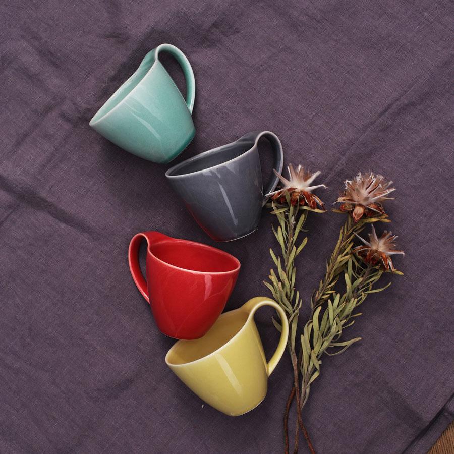 5色のカラーバリエーションのコーヒーカップ
