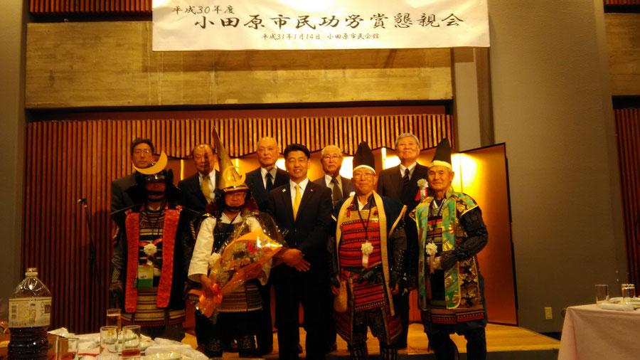 授与式後の懇親会で加藤市長を囲む歴代城代、青年部関係役員