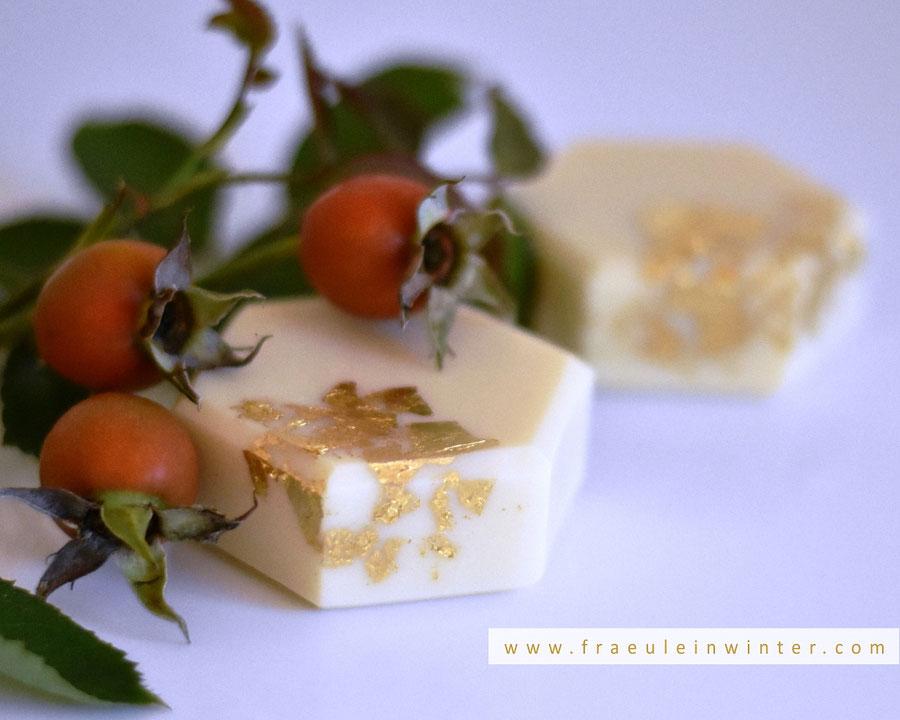 Handgemachte Naturseife mit Gold verziert. | Handmade Soap by Fraeulein Winter