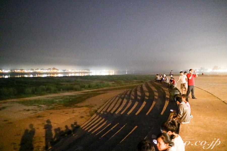 メコン川の対岸には、タイ王国の街ノンカイの灯が見える