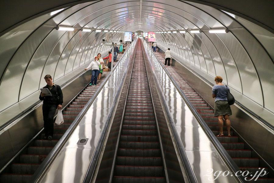 日本の地下鉄エスカレーターと比べると、ロシアのそれは高速かつ長い。