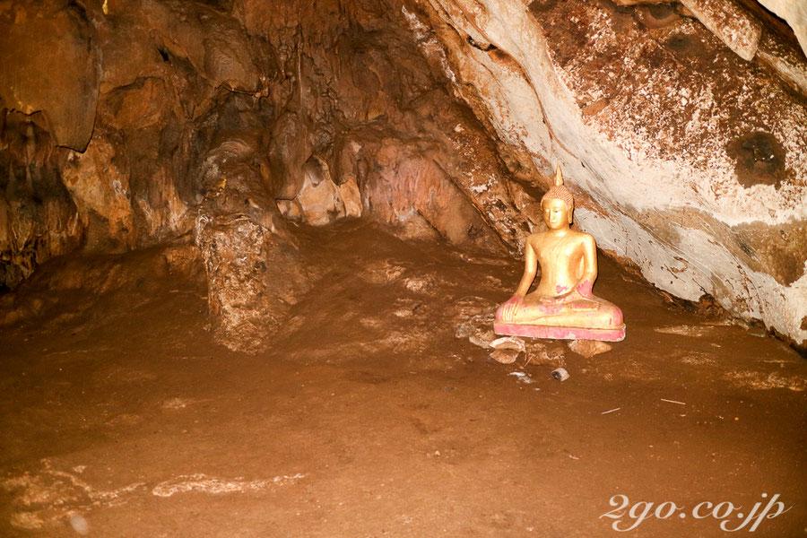 カメラのフラッシュを焚くと、洞窟内の景色が浮かび上がる。