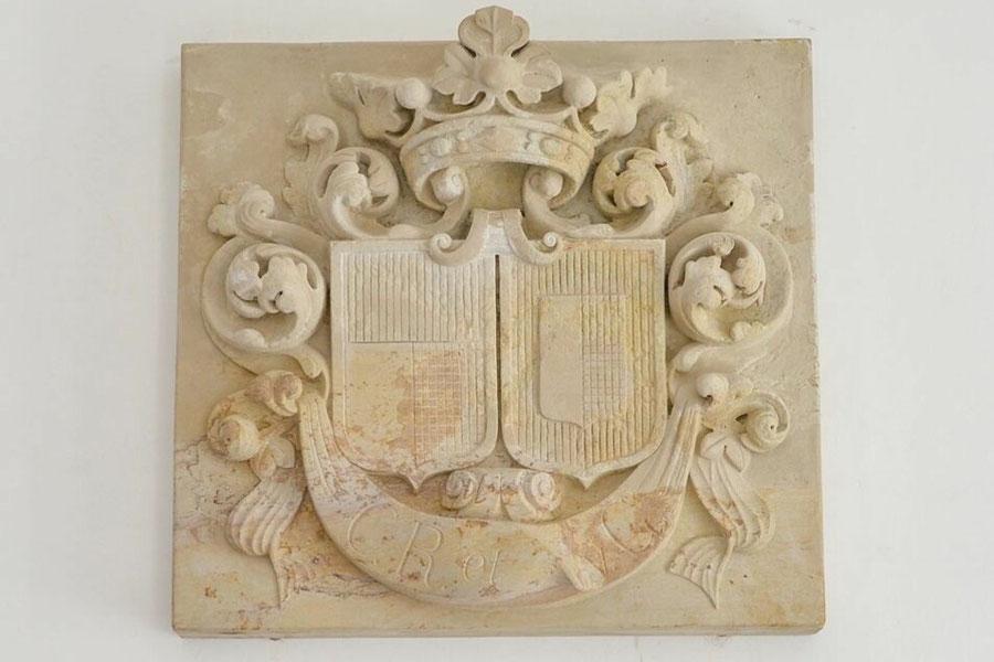 """Allianzwappen """"v. Gersdorff & v. Bose"""" (das Wappen derer v. Bose ist hier falsch rekonstruiert worden) © Schloss Gröditz"""