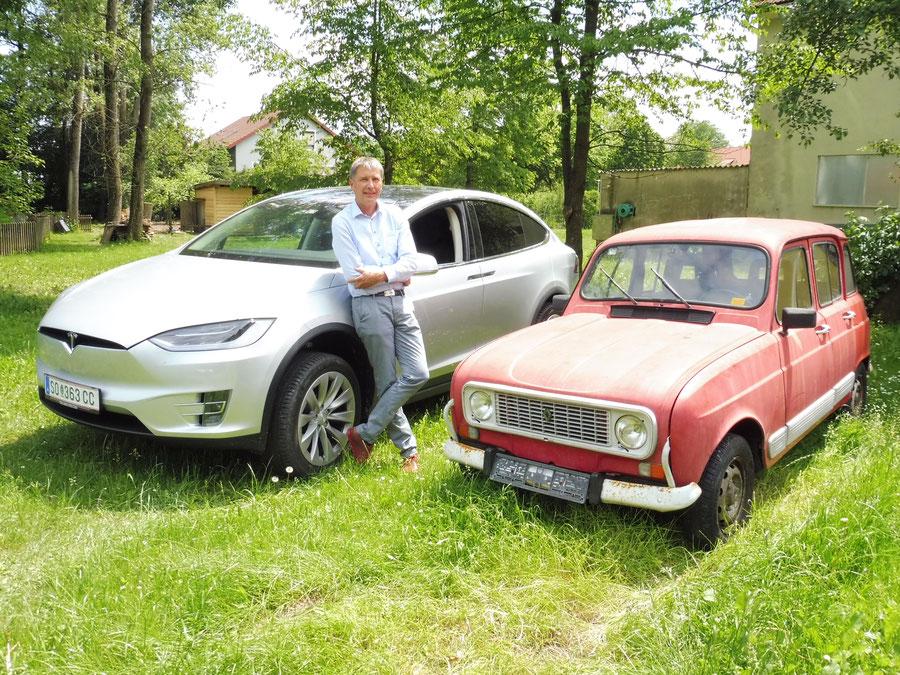 """Johann Winkelmaier und seine an Land gezogene """"Beute"""" ein Renault R4"""