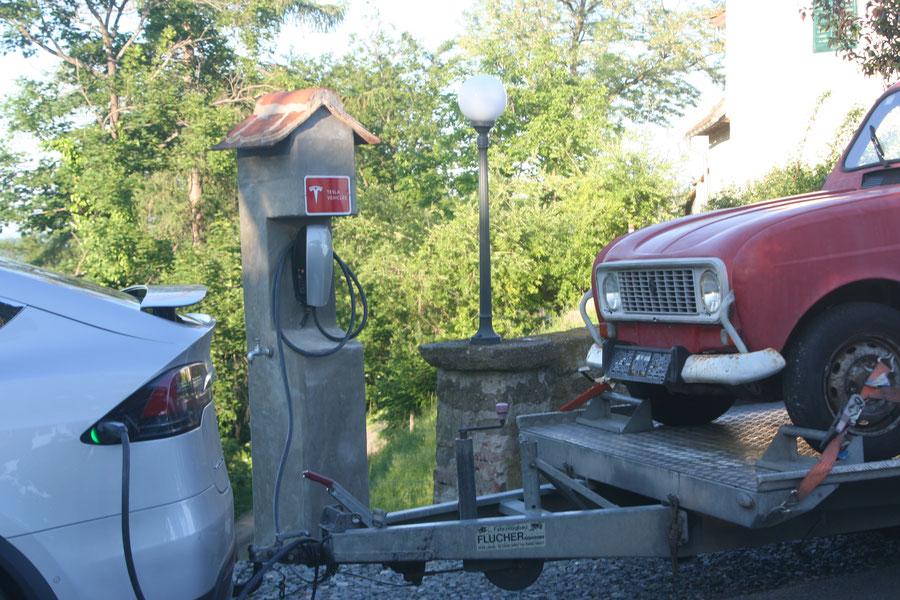 Zur Belohnung für die lange Reise gabe es im Schloss Kapfenstein einen Kaffee für die Fahrer und Strom für den X.