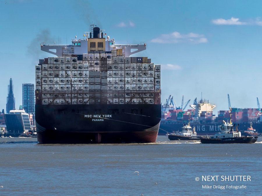 MSC New York wird von den Schlepper rückwärts in das Hafenbecken manövriert.