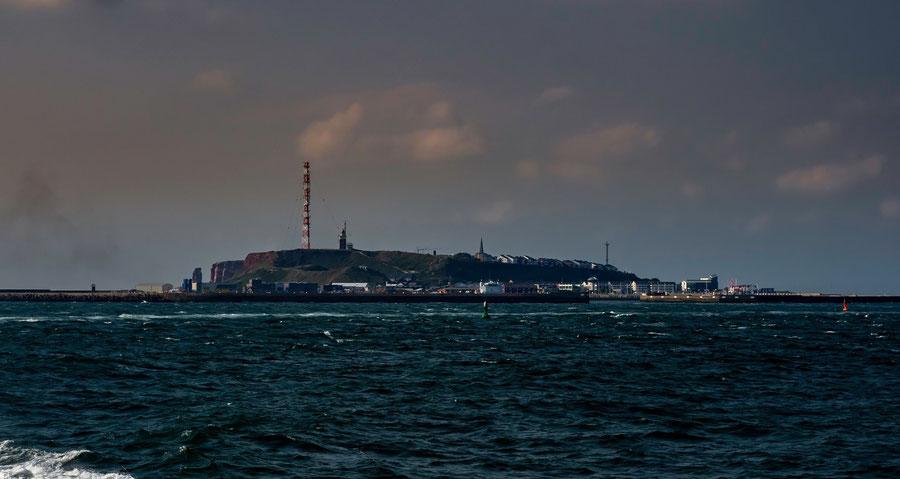 ...und irgendwann kommt Helgoland in Sicht. Die Insel wirkt, wenn man sich dem Hafen nähert, recht unspektakulär.