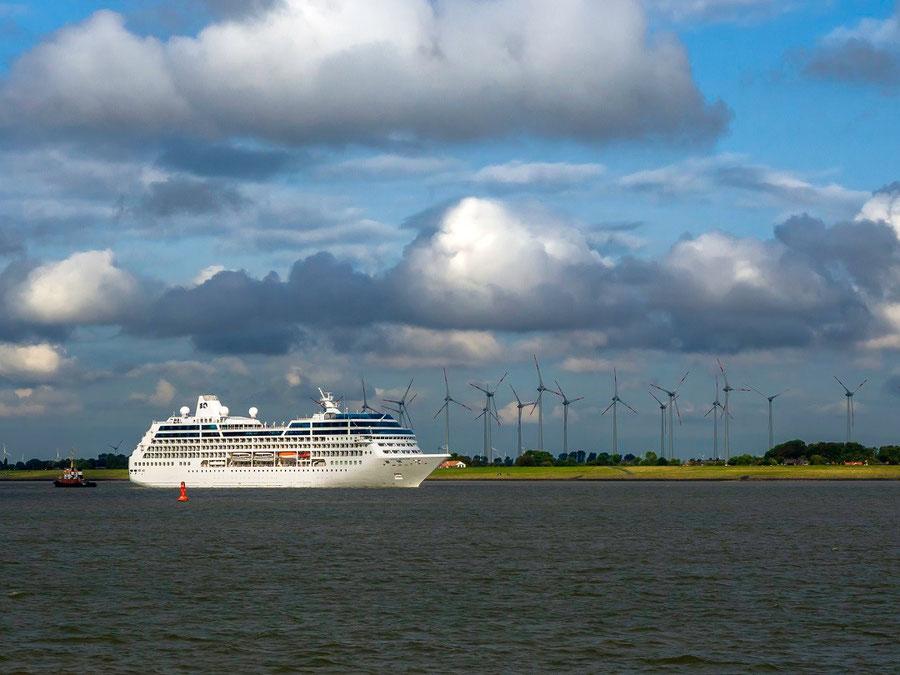 """Die """"Ocean Princess"""" wartet auf die Einfahrt in den Nord - Ostsee - Kanal"""