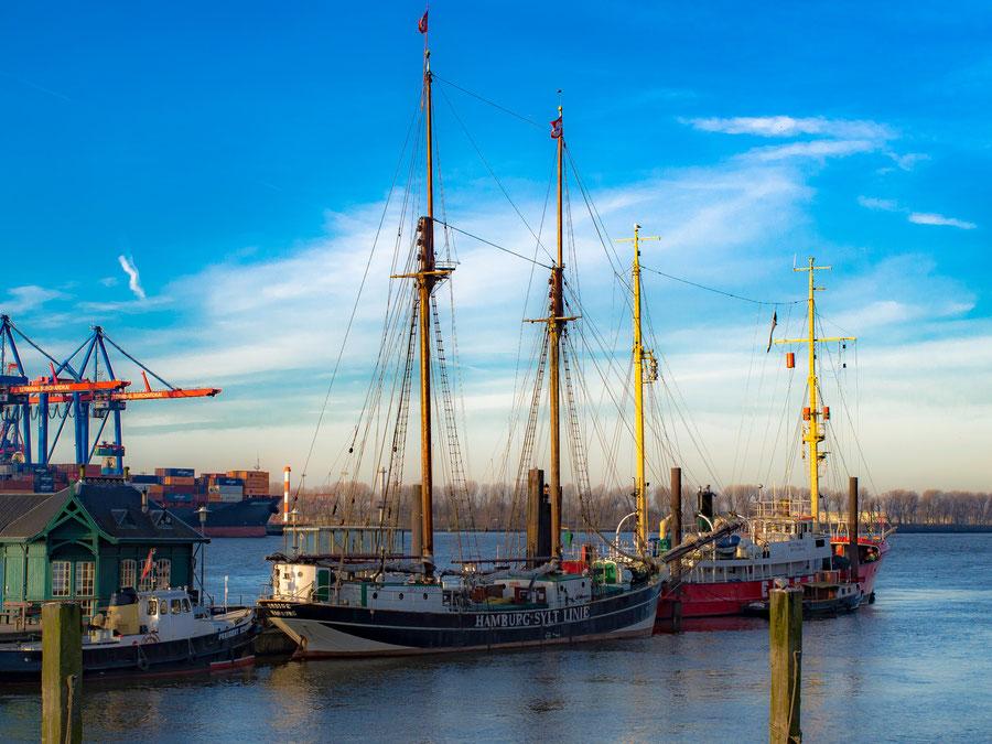 Museumshafen Övelgönne. Mit der Hamburg -Sylt Line kann man im Sommer stilvoll von Hamburg nach Sylt und ggf. wieder retour segeln.Das Schiff transportiert nicht nur Menschen, sondern auch Güter.