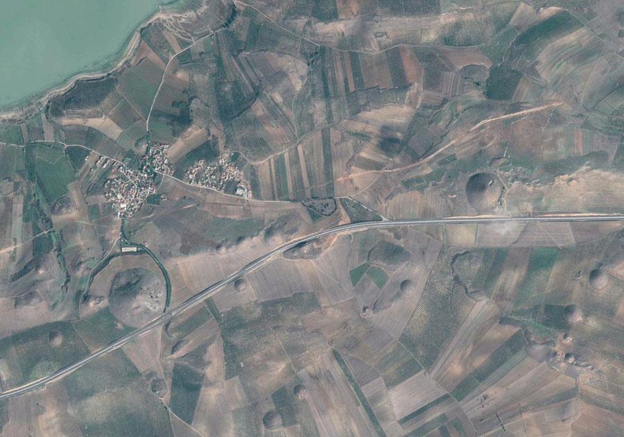 Die von Grabhügeln dominierte Landschaft Bin Tepe südlich des Gygäischen Sees/Marmara Gölü. Bild: Google Earth