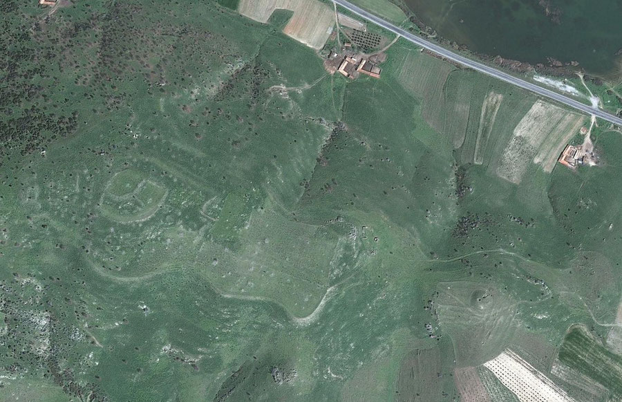 Die große bronzezeitliche Ausgrabungsstätte Kaymakçı, ebenso an der Küste des Sees in unmittelbarer Nachbarschaft von Bin Tepe gelegen. Eventuell die in hethitischen Quellen erwähnte Stadt Maddunassa. Bild: Google Earth
