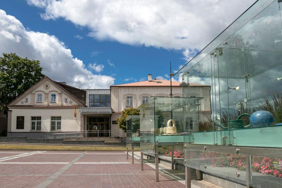 Utenos kraštotyros muziejus ir lauko dailės galerija Utenio aikštėje  / Foto: Kristina Stalnionytė