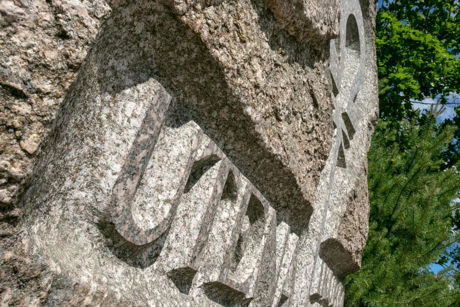 Akmuo Utenos įkūrimo metinėms atminti prie Vyžuonos parko