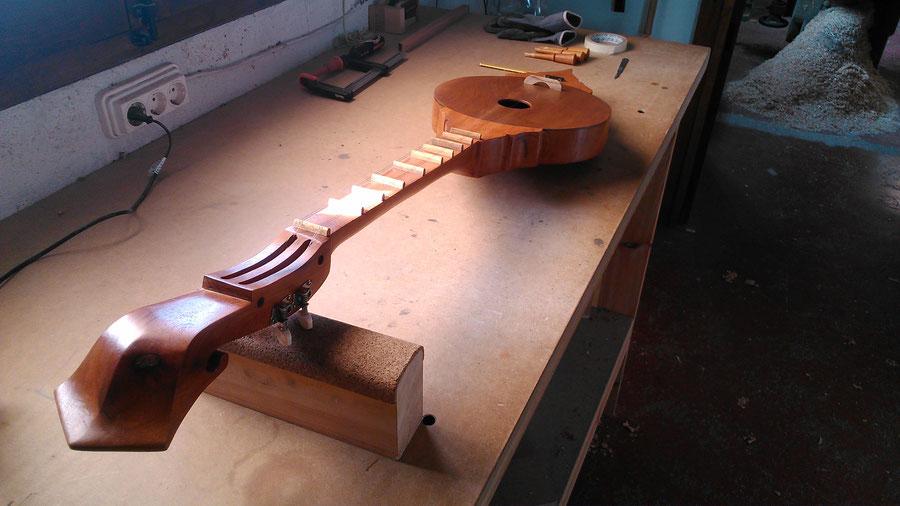 Sueng. Instrumento tradicional tailandés de plectro / Traditional string plucked instrument