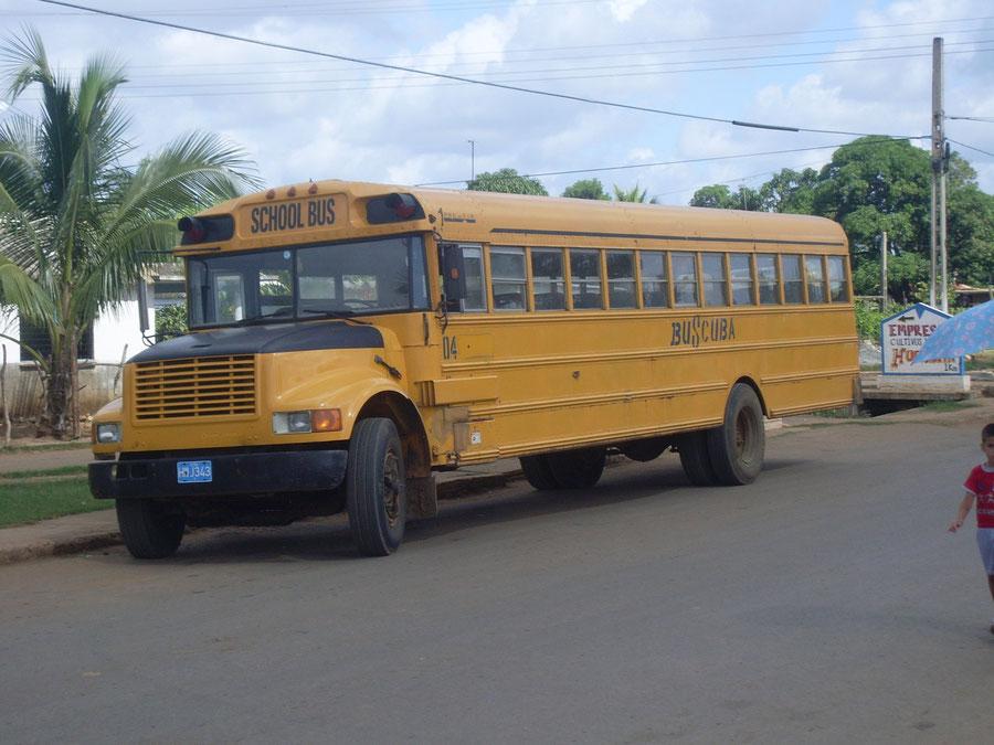 In Cuba gaan jongeren met de bus naar school.