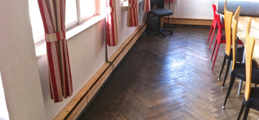 Vergaderzaal. Het zijn hoge ruimten met 'Berliner Kastenfenster', dubbele draaibare ramen. Ekowand geeft een aangenaam en komfortabel klimaat