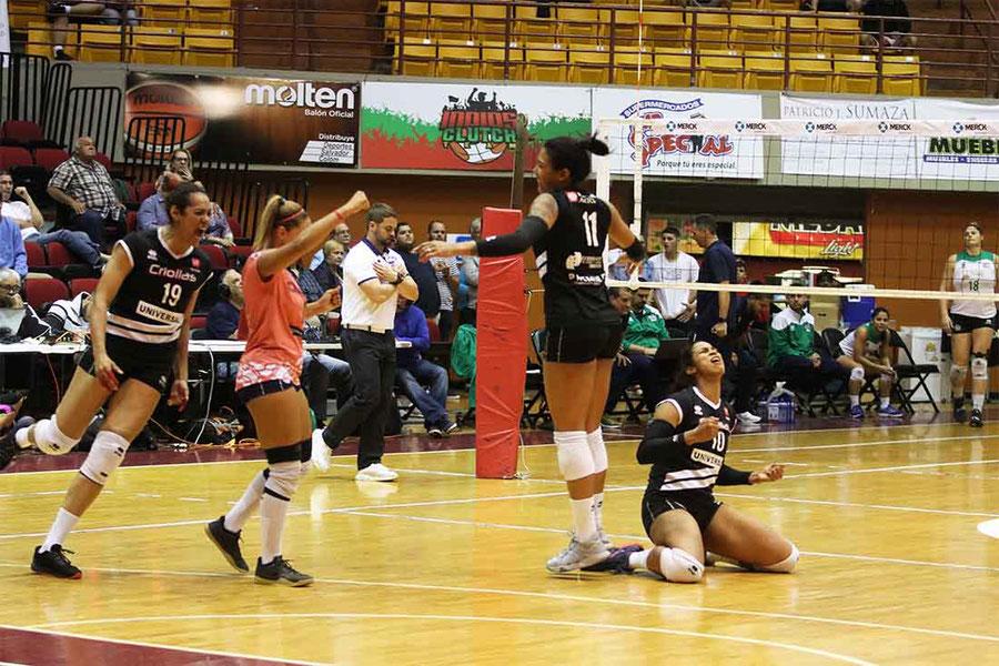 Las Criollas de Caguas celebran el punto final que le dio la victoria anoche sobre las Indias de Mayagüez en el cuarto partido de la Serie Semifinal B / foto por Heriberto Rosario Rosa