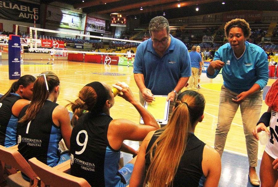 Ariel Ortiz al centro en la foto dirigió a las desaparecidas Orientales de Humacao en la Liga de Voleibol Superior Femenina / foto por Heriberto Rosario Rosa