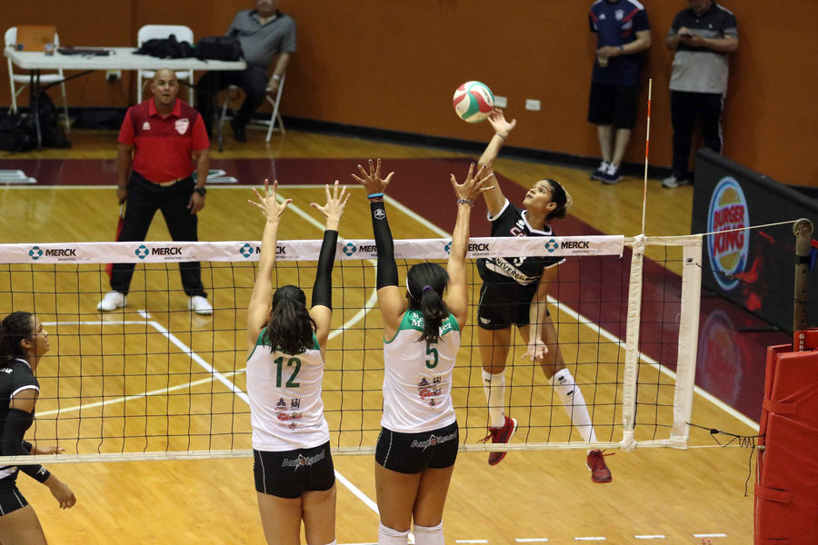 Pamela Cartagena en ataque aportó con 5 puntos y 18 defensas en la victoria sobre las Indias / foto por Heriberto Rosario Rosa
