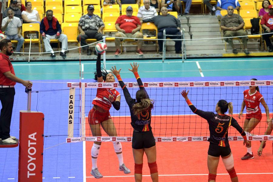 Karina Ocasio en ataque fue la bujía principal con 23 puntos en la victoria de las Criollas sobre las Valencianas de Juncos / foto por Genesis Unique Rosario