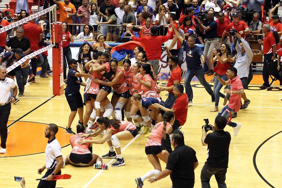 Las Criollas de Caguas comienzan la celebración de su quinto titulo nacional consecutivo en el tabloncillo del Coliseo Roberto Clemente / foto por la Genesis Unique Rosario