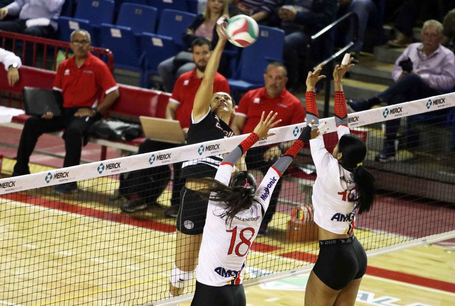 Oneida Gonzalez ataca por encima del bloqueo de las Valencianas, fue la mejor en la victoria con 17 puntos / foto por Heriberto Rosario Rosa