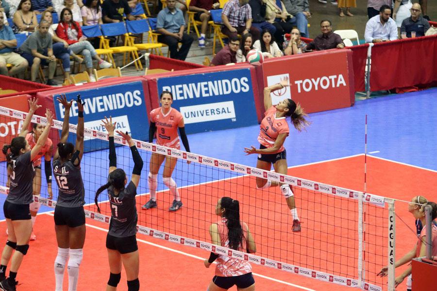 Pamela Cartagena atacando desde la zona zaguera contribuyó con 6 puntos a la victoria de Caguas ante Toa Baja / Foto por Genesis Unique Rosario
