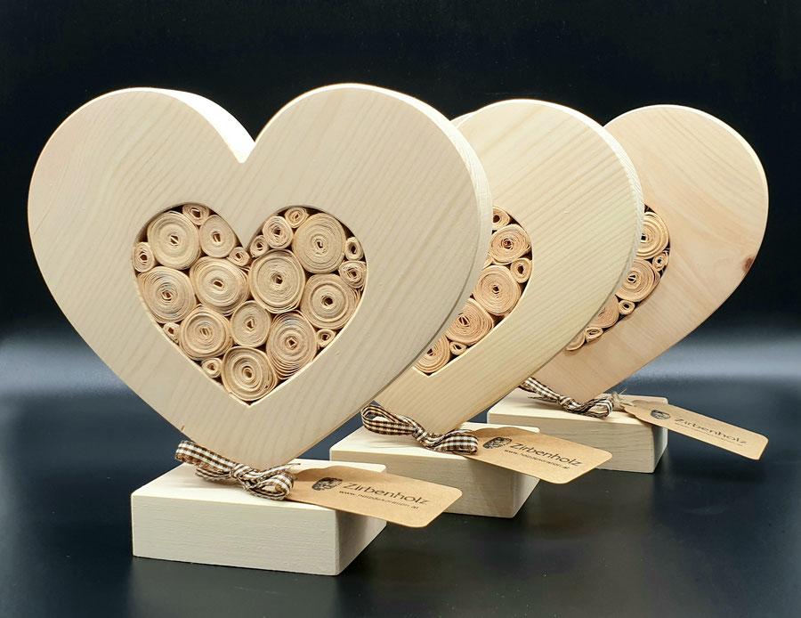 Als Geschenk aus Holz ist dieses Herz aus massiven Zirbenholz sicherlich das richtige.