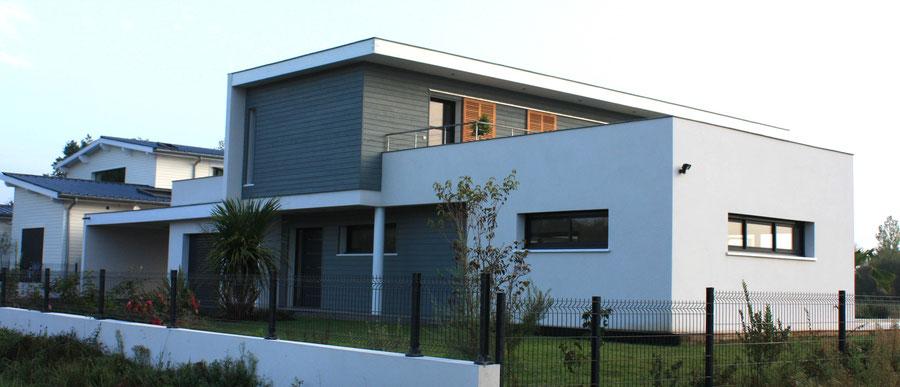 Maison individuelle neuve et contemporaine façade grise et blanche toit plat dans les Landes - Construction Bernard Lacaze et Fils