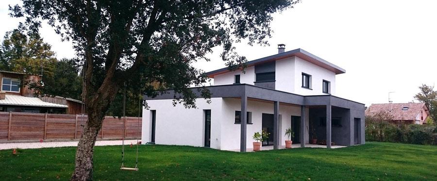 Maison individuelle neuve et contemporaine façade grise et blanche avec étage dans les Landes - Construction Bernard Lacaze et Fils