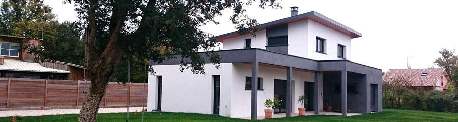 Maison individuelle neuve et contemporaine façade grise et blanche dans les Landes - Construction Bernard Lacaze et Fils