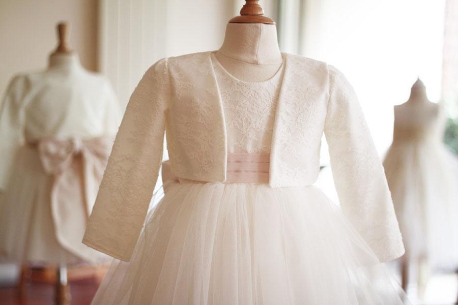 Robe cérémonie enfant en dentelle et tulle. Ceinture rose poudrée. Robe de cortège, robe de demoiselle d'honneur, cortège de la mariée. Fait-main à Neuilly-sur-Seine. Robe de créateur.