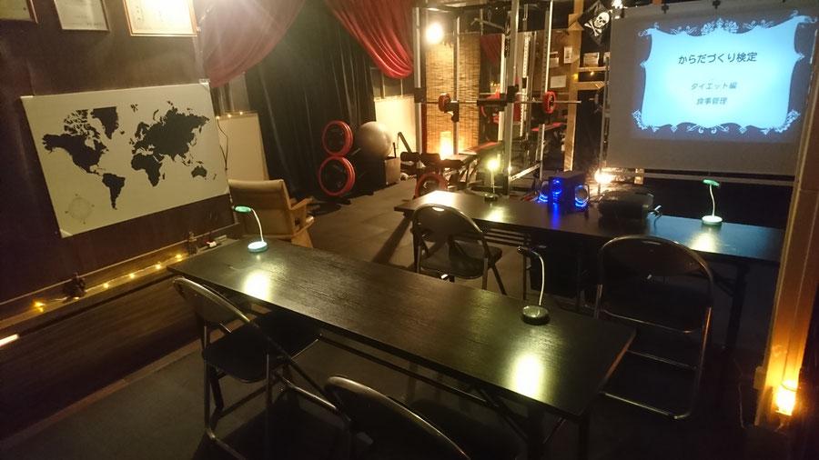 仙台の街中に位置する、カフェやバーのような雰囲気を持つパーソナルトレーニングジム、セイバーズジムの店内。