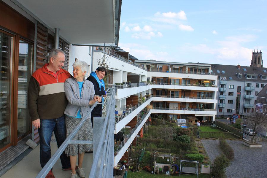Die Hafen WG: Bruno Niewerth, Hildegard Maxein und Mathilde Kriebs an der Reling. Foto: Eva Rusch