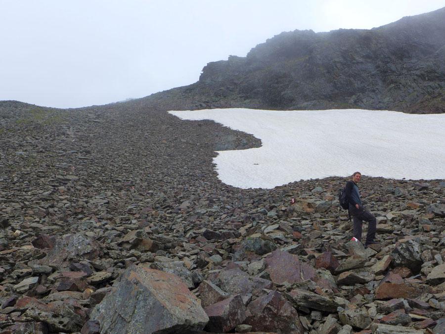 Eine Schutthalde aus dunkelrotem Fels breitete sich unter der Fürleg (2784 m) aus und bildete eine der mühevollsten Passagen der Tour.