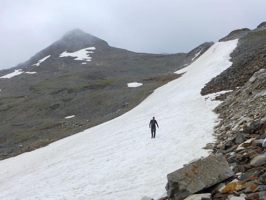 In 2750 Metern Höhe erreichten wir ein Hochplateau, auf dem zum ersten Mal (links) das Hörndl in Sicht kam. Es wird von rechts über den Westgrat erreicht.