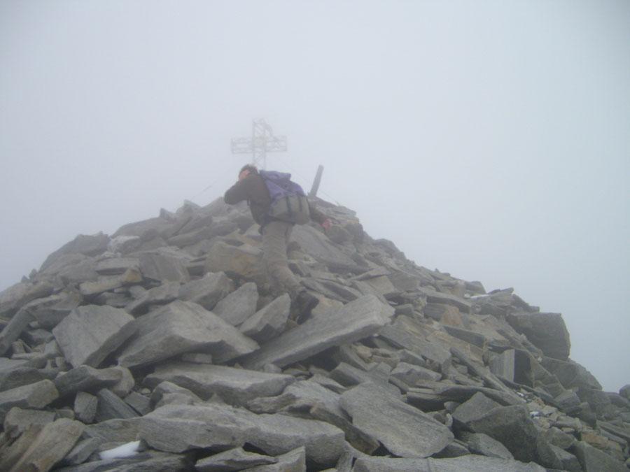Hoher Weißzint - Sturm am Gipfelkreuz - Bergtour, Zillertaler Alpen, Südtirol, Edelrauthütte