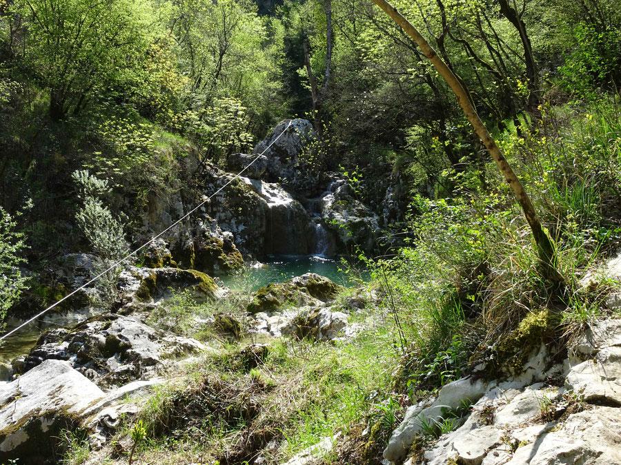 wir wandern in das linke Tal, eine enge Schlucht, hier sieht man den 1. kleineren Wasserfall