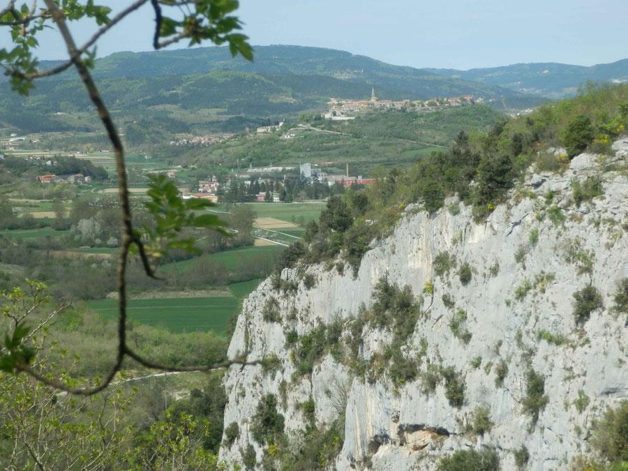steile Wände weisen auf die Wasserfälle hin, im Hintergrund liegt Buzet