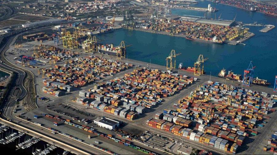 Miles de contenedores en el puerto de València visto desde el aire.