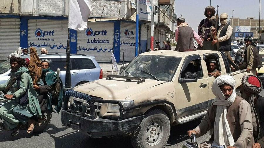 Talibanes entrando en Kabul en  Afganistán, mientras los americanos se marchan.