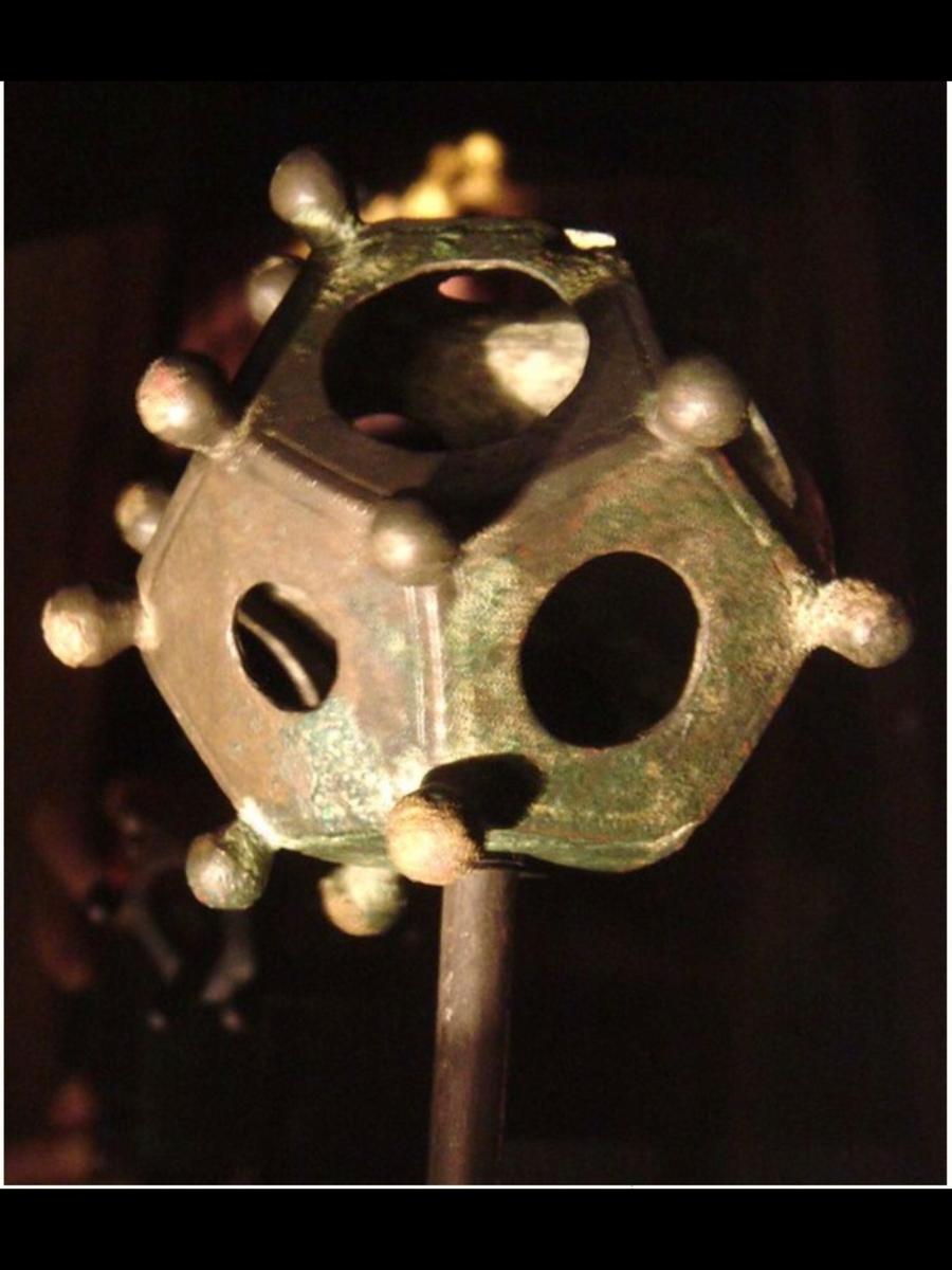 Fig. 13 Foto relativa al dodecaedro ritrovato nell'antica Atuatuca Tongeren a poca distanza dalla bella Basilica di Notre-Dame